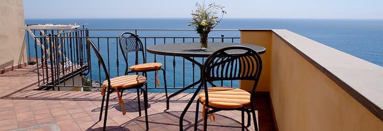 Location vacances donnant sur la mer, exactement au milieu des ruelles de Cervo en Ligurie