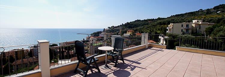 Location de vacances en Ligurie à la mer avec terrasse sur le toit et une merveilleuse vue sur la mer