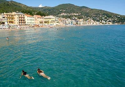 Baignez-vous en Ligurie- relaxez-vous et nagez dans l'eau bleu claire et limpide