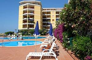 Location vacances bien située avec piscine directement au bord de mer en Ligurie