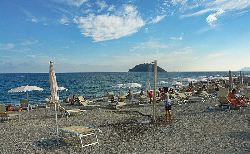 Une vue magnifique sur la plage de Albenga