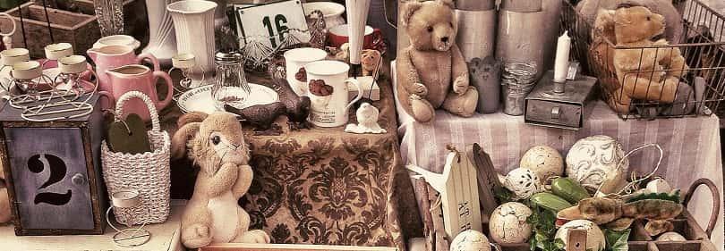 choses anciennes dans un marché antique en Ligurie