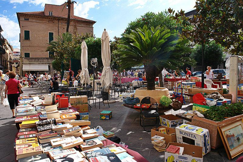 Antiekmarkt in het centrum van Pietra Ligure