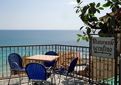 Vue depuis une terrasse de café Serafino à Cervo
