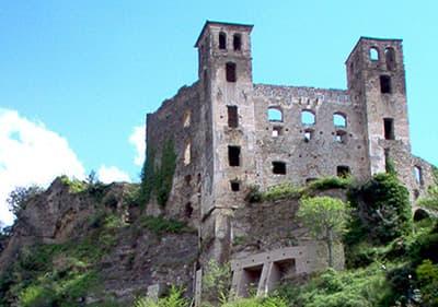 Le château de Doria à Dolceacqua qui reste sur le sommet de la colline