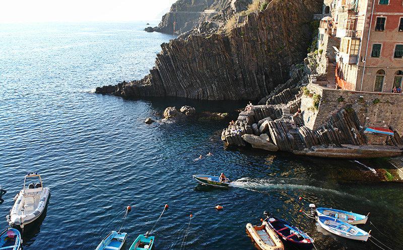 Een mooie haven van Riomaggiore in Cinque Terre