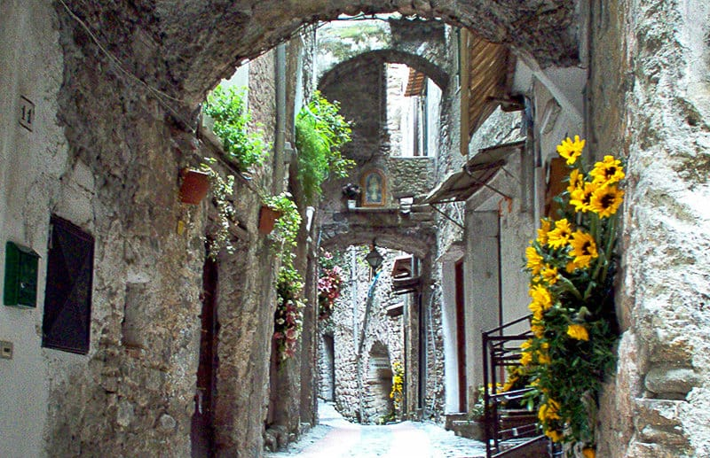 Een smalle straat in Dolceacqua