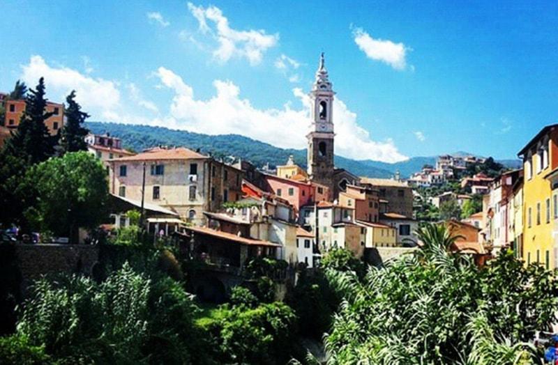 Een prachtig uitzicht over de oude stad van Dolcedo
