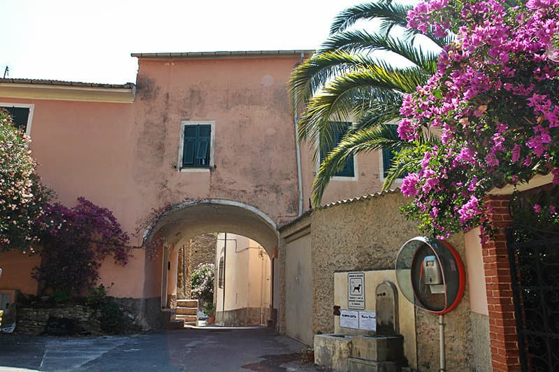 Romantische straat van Dolcedo in Ligurië
