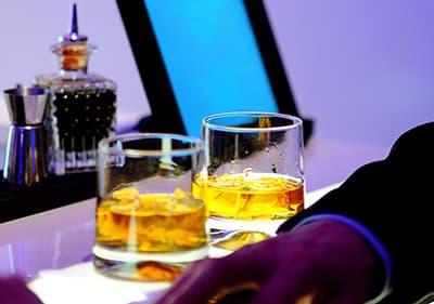 Deux verres de whisky dans une boîte de nuit