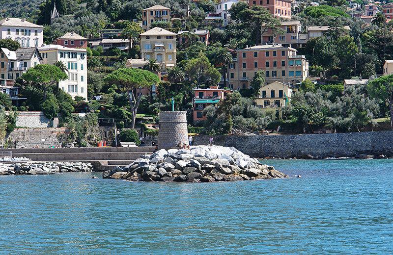 Een toren naast de zee in Recco, Ligurië