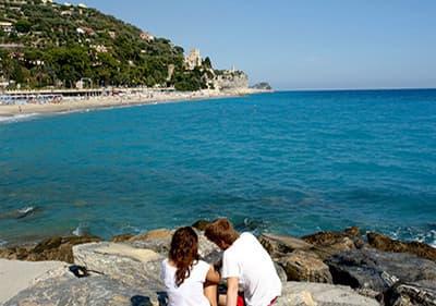 Passez des vacances au bord de mer en Ligurie, près des plages de sable, avec une mer bleue claire