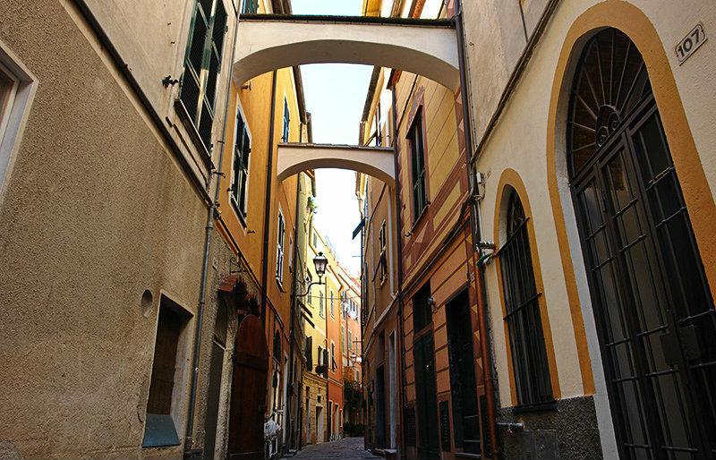 Een romantische straat in Pietra Ligure