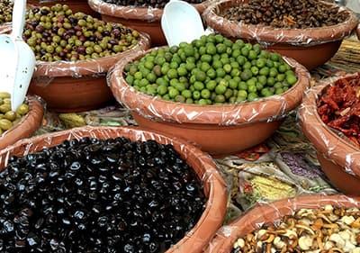 Différents types d'olives dans un marché en Ligurie