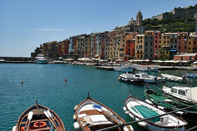 Mening van kleurrijke huizen en een haven in Portovenere
