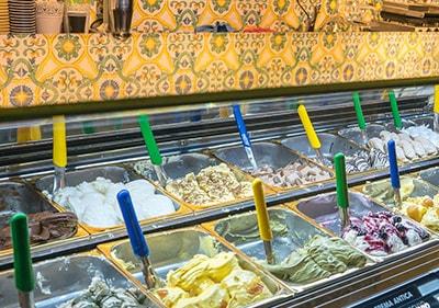Grande variété de gelato italien frais dans une gelateria en Ligurie