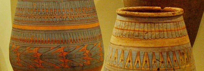 Vases en céramique dans un musée en Ligurie