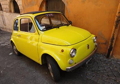 Une petite voiture Fiat en Ligurie