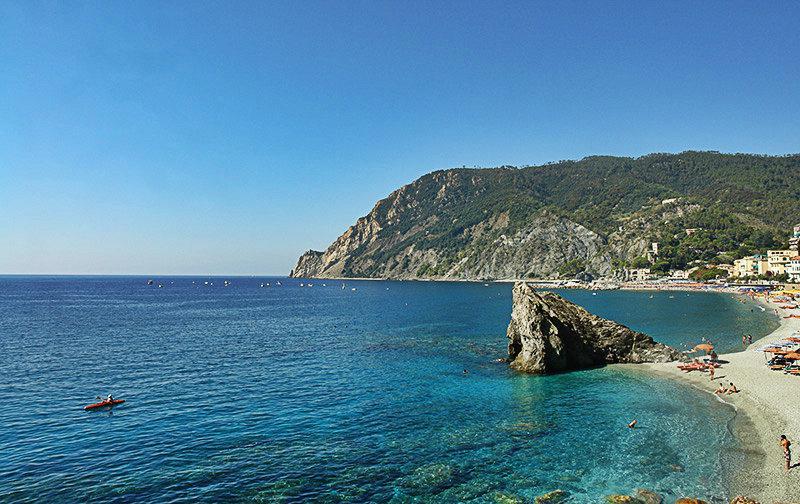 Het beroemde strand van Monterosso al Mare in Cinque Terre