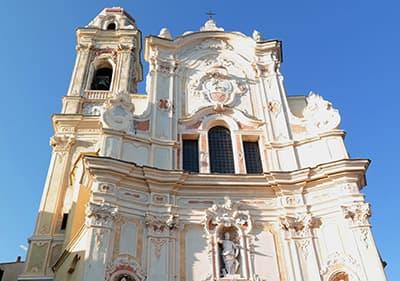Sur la place où l'église à Cervo est situé, chaque année un festival de musique de chambre est détenu
