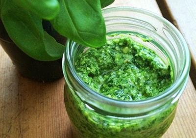 Pesto de basilic frais dans un bocal en verre