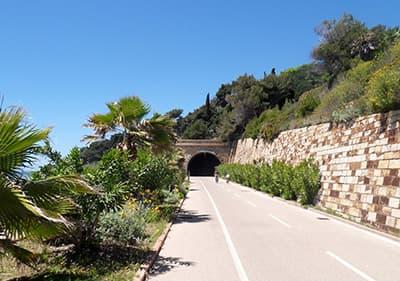 Un tunnel dans la piste cyclable Pista Ciclabile