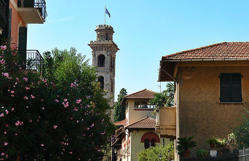 Een weergave van de huizen, een kerk en bloemen in Rapallo