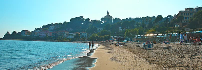 Plage de sable à Bussana, Ligurie