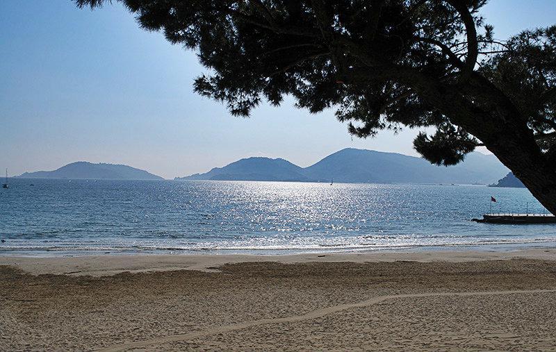 Zandstrand en het helder blauwe zee in Lerici