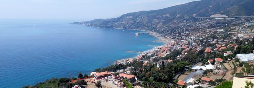 Surf sur la côte de San Remo en Ligurie