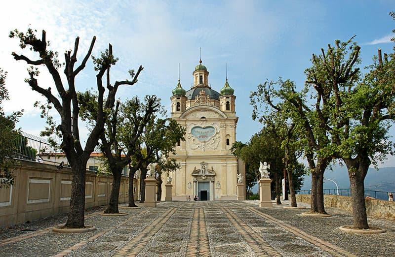 Ein Spaziergang zwischen den Bäumen der Kirche in Sanremo