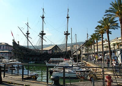 Big bateau pirate dans le port de Gênes, Ligurie