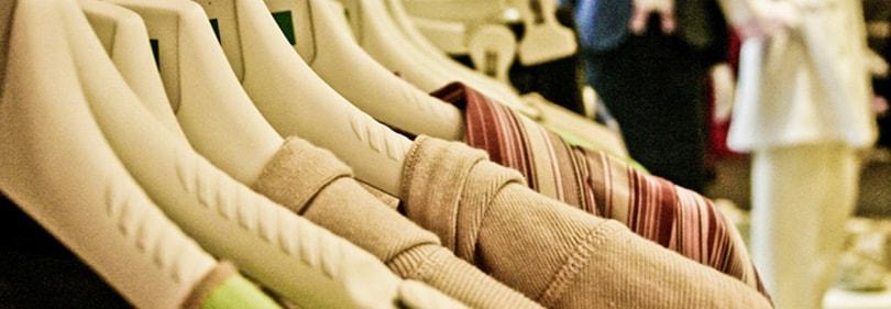 Vêtements suspendus dans un magasin en Ligurie