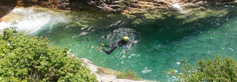 Un homme est Canyoning dans Liguria