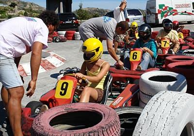 Go instructeurs de kart préparent les pilotes pour un tour de karting
