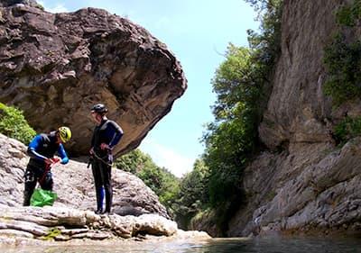 Deux hommes se préparent pour le canyoning en Ligurie