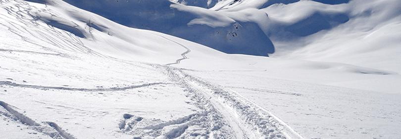 Une montagne pour le ski en hiver