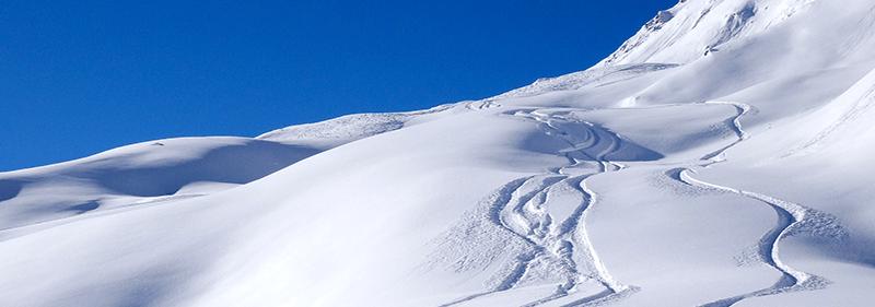 Une montagne avec beaucoup de neige pour les sports d'hiver