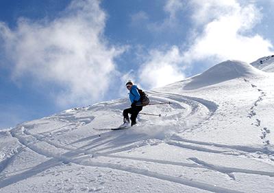 Un skieur sur une montagne en hiver