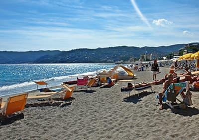 Plage de sable à Spotorno, Ligurie