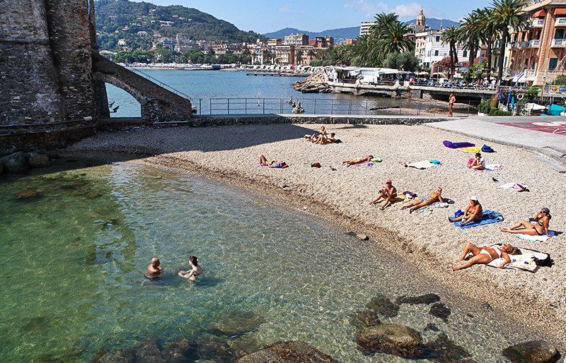 Strand naast Castello di Rapallo