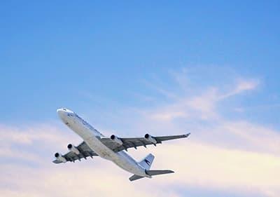 Un avion vole à Liguria