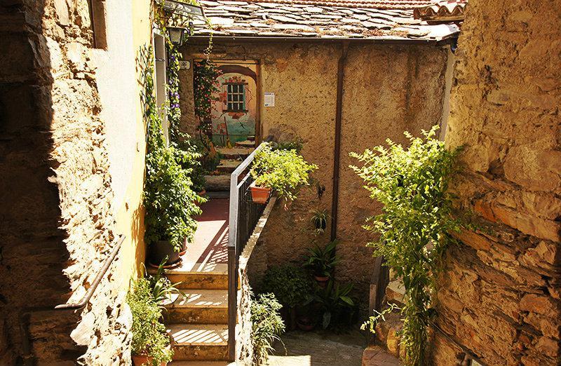 Een artistieke schilderij aan de deur in Valloria, Ligurië
