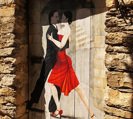 Une belle peinture d'un couple de danseurs sur la porte en Valloria