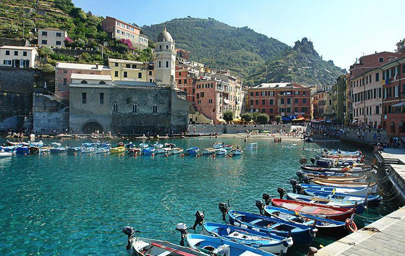 Een prachtig uitzicht over Vernazza en de haven in Cinque Terre
