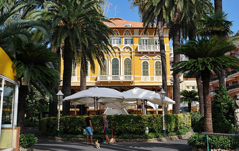 Een prachtige villa in Pietra Ligure in tussen de palmbomen