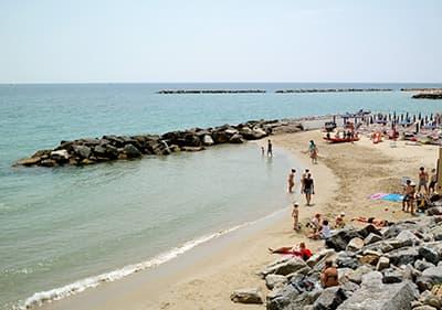 Une plage de sable calme entre piste cyclable Pista Ciclabile entre San Lorenzo al Mare et San Remo