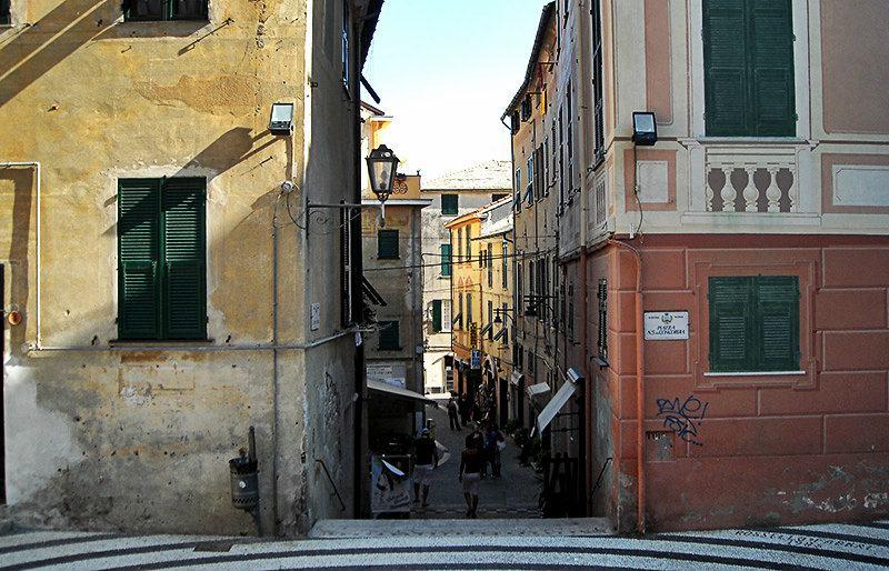 Une rue romantique à Albisola en Ligurie