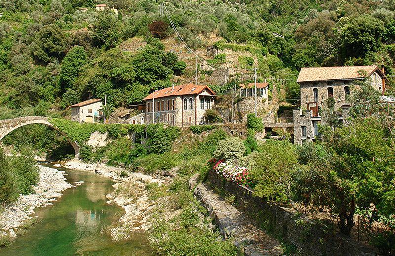 Une rivière à Badalucco, Ligurie