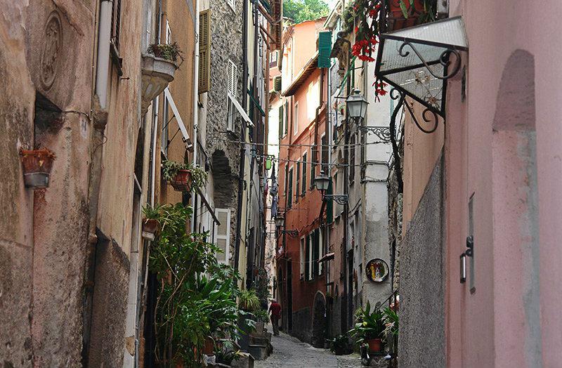 Une rue romantique à Badalucco, Ligurie
